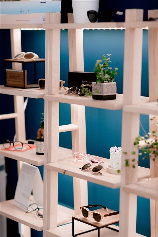 étagères de lunettes écologiques et éthiques fabriquées en France dans le magasin Lunettes au logis à Orléans